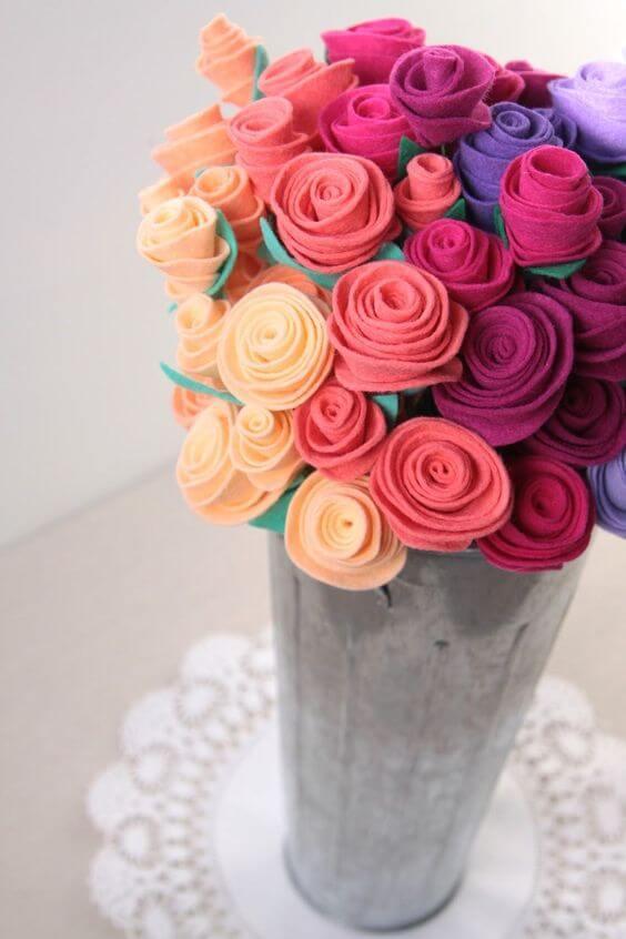 Vaso com flores de feltro coloridas