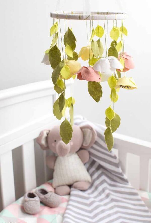 Móbile para quarto de bebê com flores de feltro