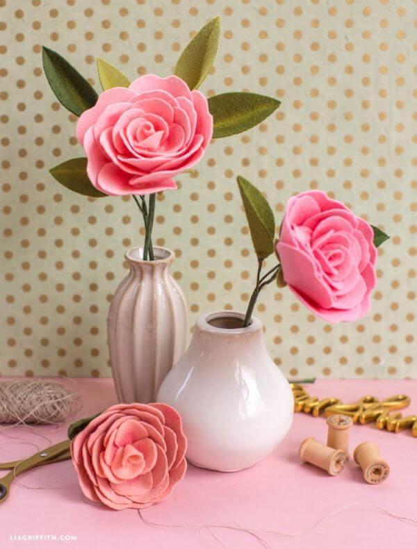 Flor de feltro rosa para decorar os vasos