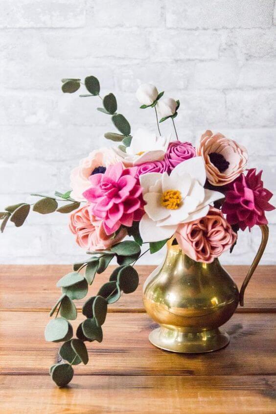Flor de feltro com vaso dourado