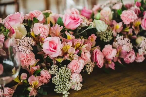 Flores de casamento com astromelias e rosas