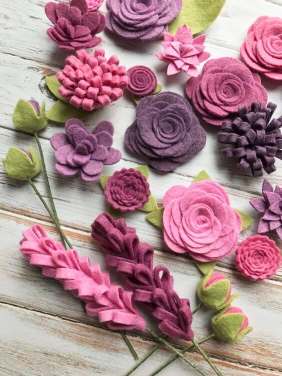Flores de feltro para decoração em tons de roxo