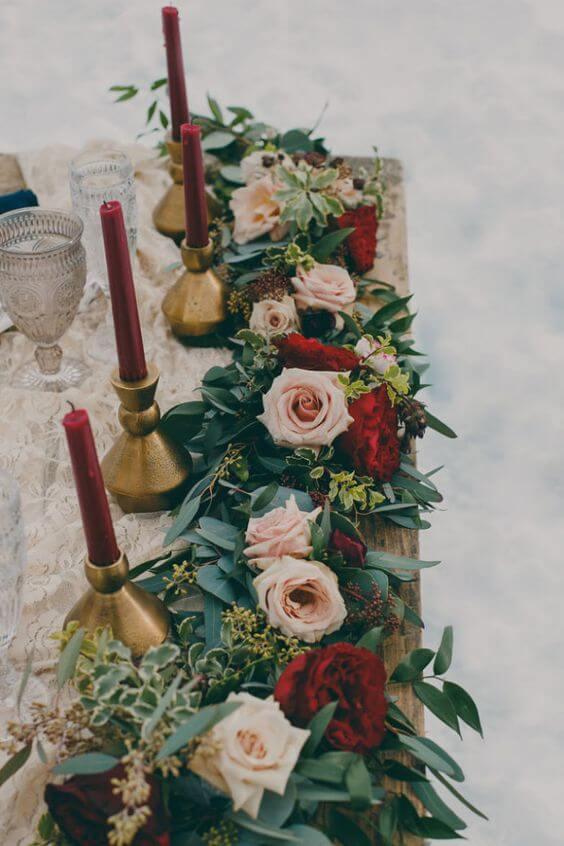 Flores vermelhas com rosas inglesas