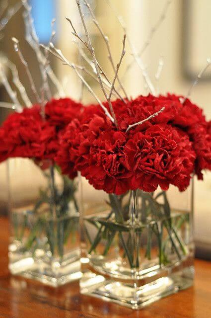 Flores vermelhas como centro de mesa