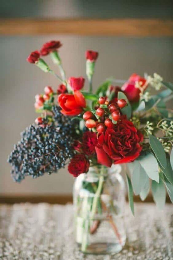 Flores vermelhas na decoração de casa simples e linda