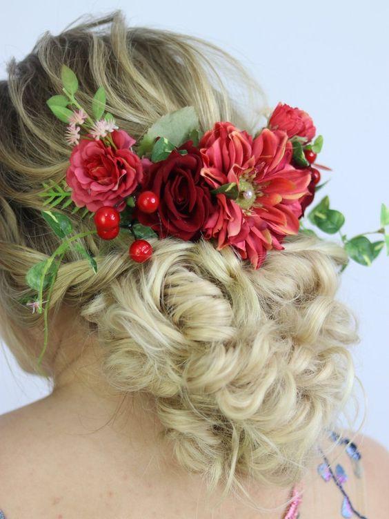 Flores vermelhas no cabelo
