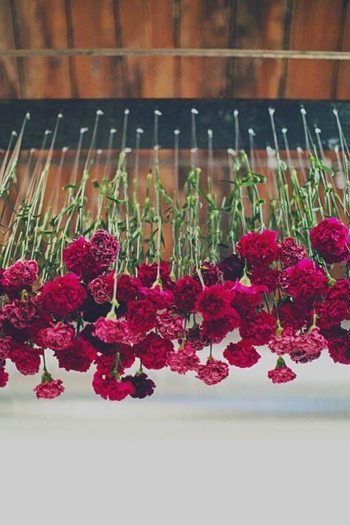 Flores vermelhas no teto para decorar uma festa