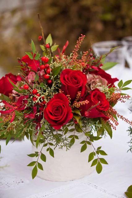 Flores vermelhas na mesa de jantar
