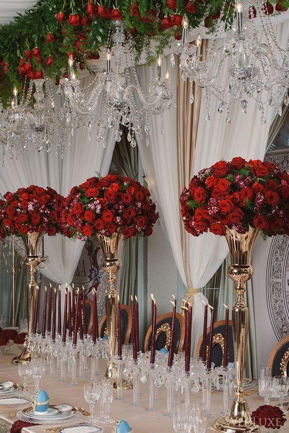 Flores vermelhas com rosas