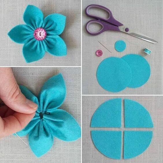 Flor de feltro azul com botão rosa