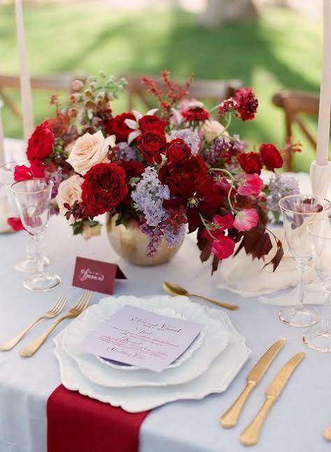 Flores vermelhas na decoração da mesa de jantar