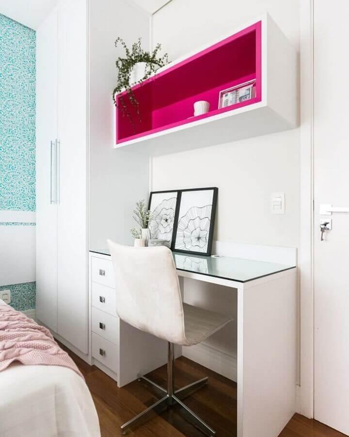 home office pequeno decorado com nicho rosa magenta Foto Vivian Ventura Arquitetura