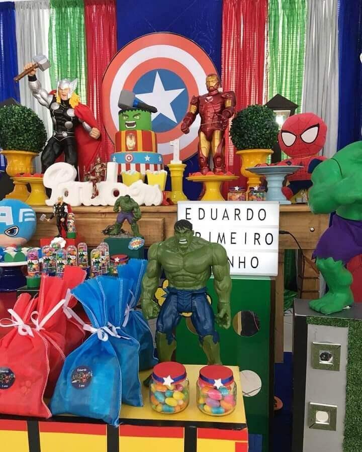 ideias para festa dos vingadores decorada com bonecos Foto Peritus Festas