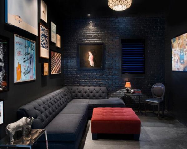 Ambiente dark com parede de tijolinho preta