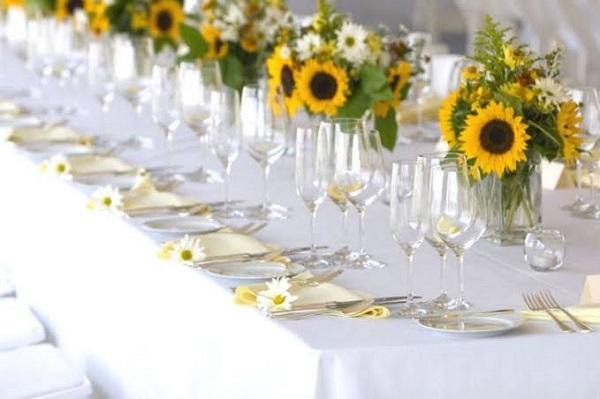 Os convidados também merecem uma mesa de festa tema girassol decorada