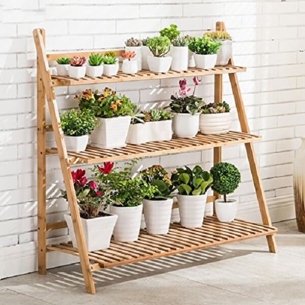 Floreira de madeira feita com estante escada maximiza o espaço dentro de casa