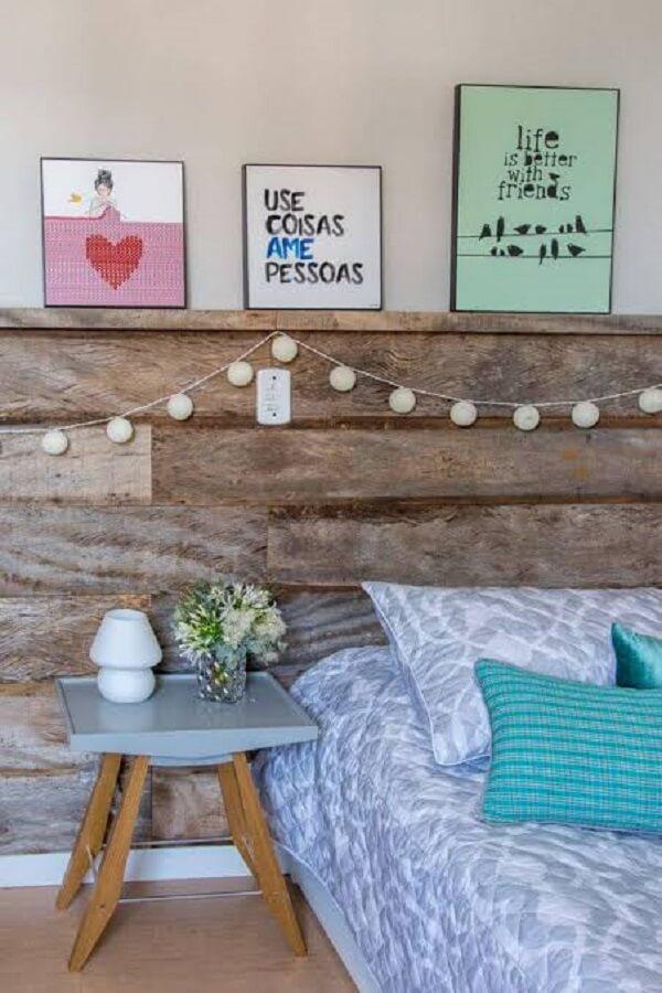 Quadros para quarto posicionados sobre a cabeceira da cama