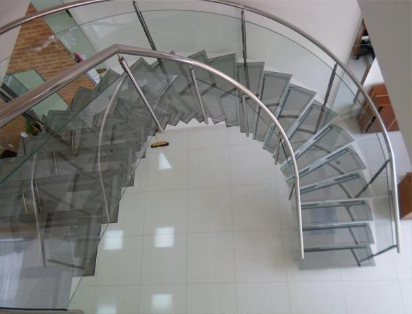 Escada de vidro com corrimão de aço inox