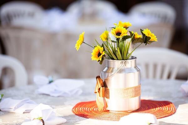 Decoração peculiar para tema de festa girassol simples