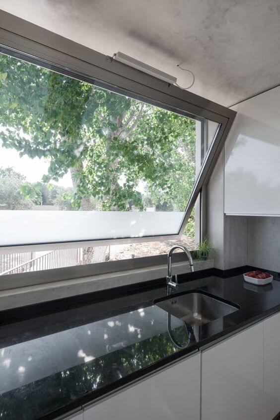 Cozinha com janela de vidro