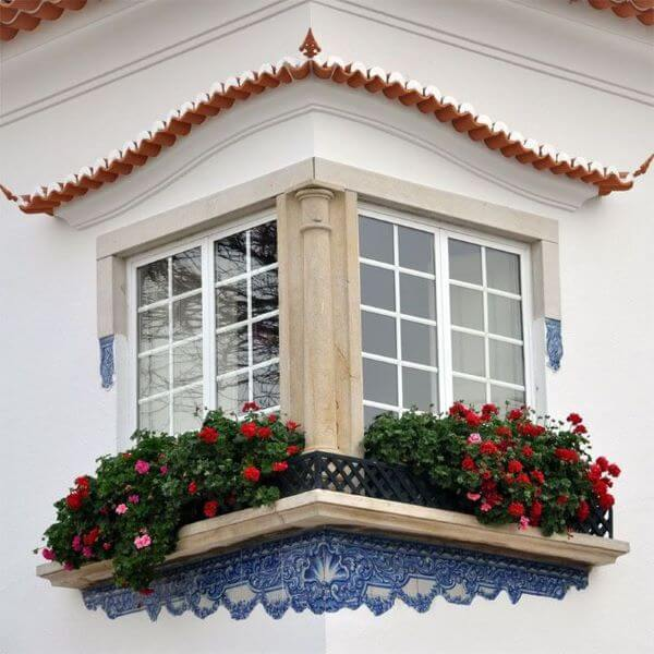 Janela de vidro com grade decorada com flores