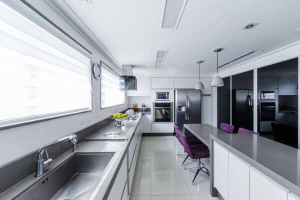 Cozinha iluminada com bancada cinza