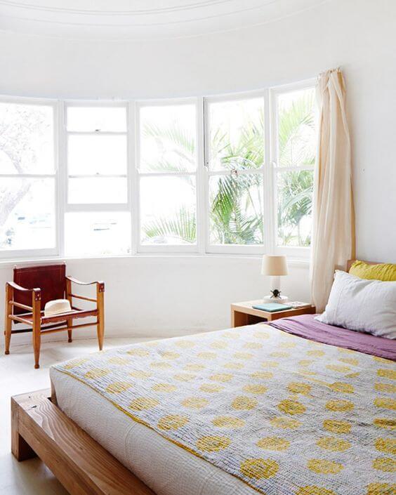 Quarto clean com janela de vidro