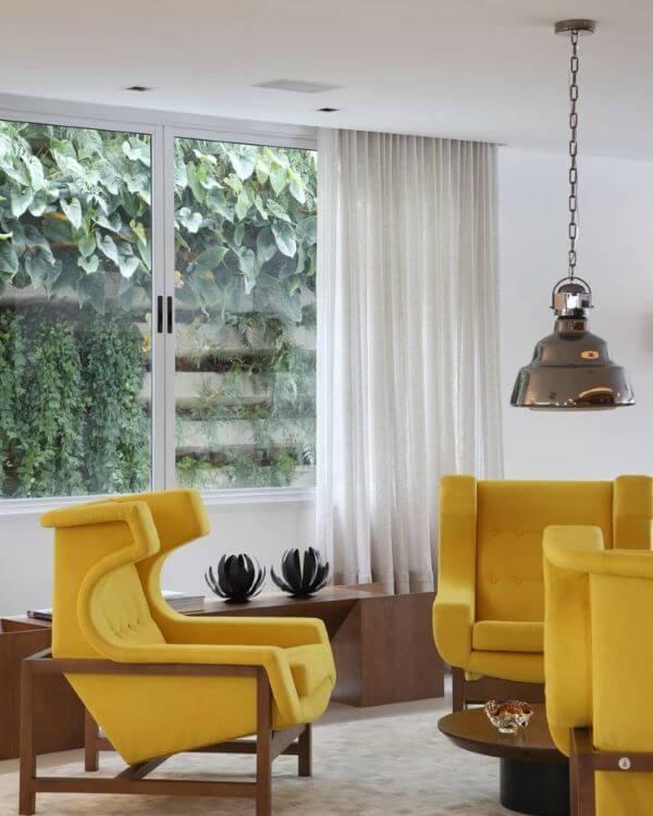 Sala com poltronas amarelo