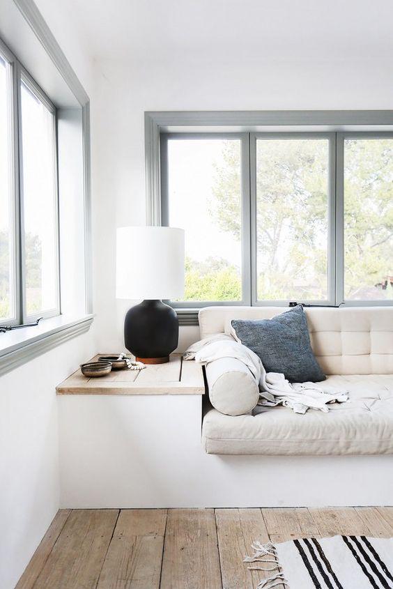 Sala neutra com janela de vidro