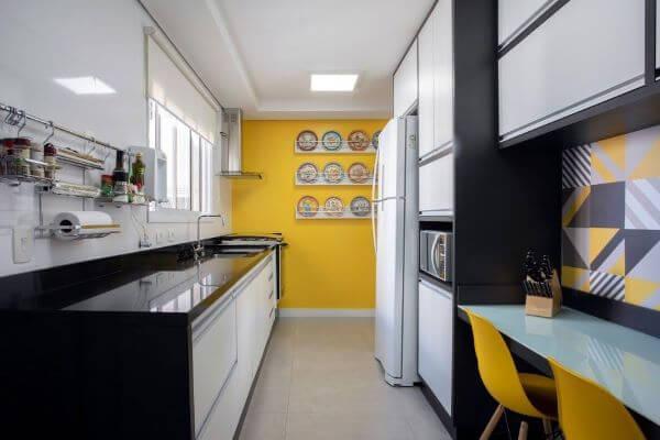 Cozinha amarela com janela de correr
