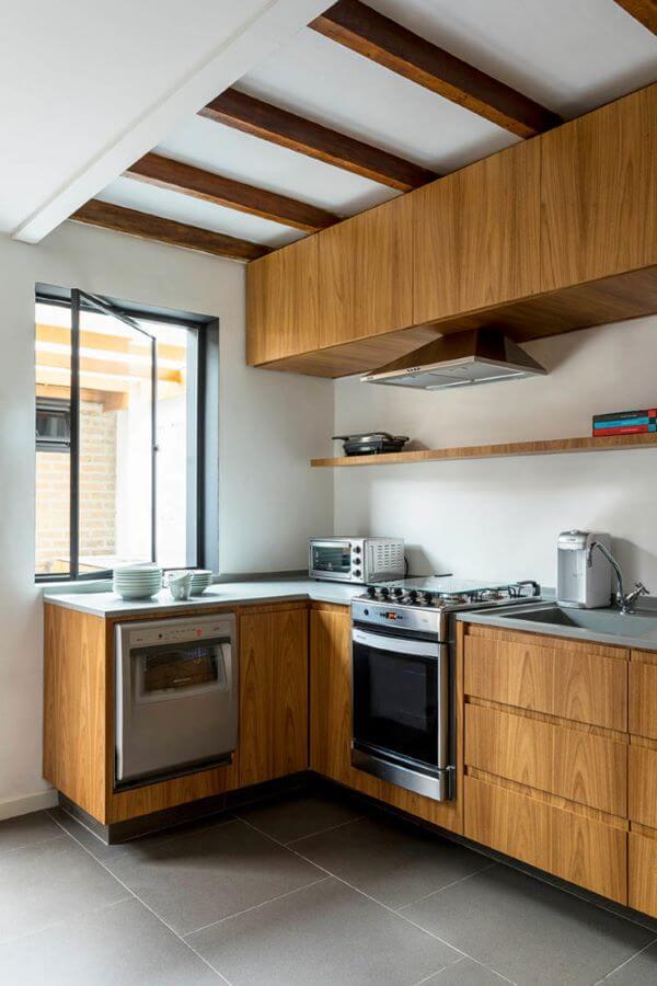 Cozinha com janela de vidro pivotante