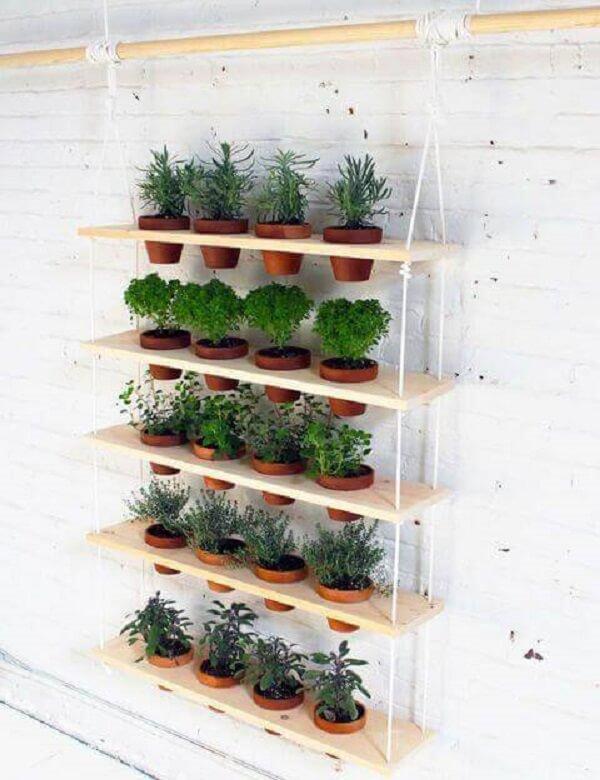 Floreira feita com prateleiras amarradas