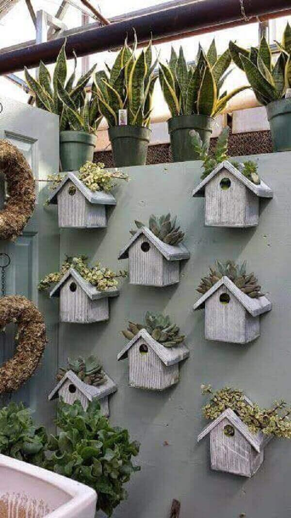 Floreira criativa feita com casinhas de pássaros