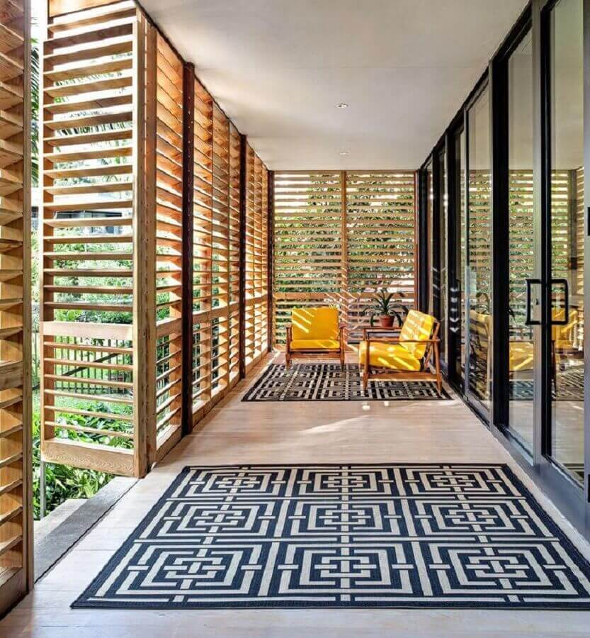 jogo de cadeiras para varanda ampla e moderna decorada com tapete geométrico Foto Pinterest