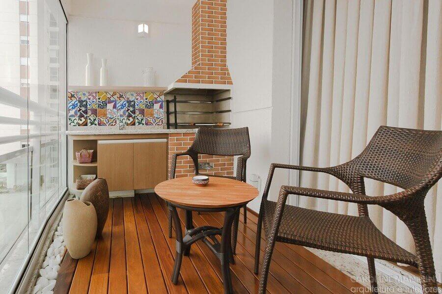 jogo de cadeiras para varanda pequena com churrasqueira e mesa redonda pequena Foto Caroline Manfrin
