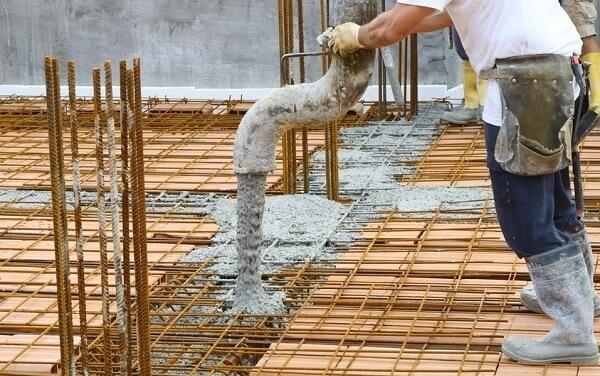 Etapa de concretagem da laje pré-moldada