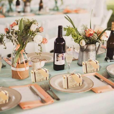 Lembrancinha de mesa para casamento com caixinha em formato de mala
