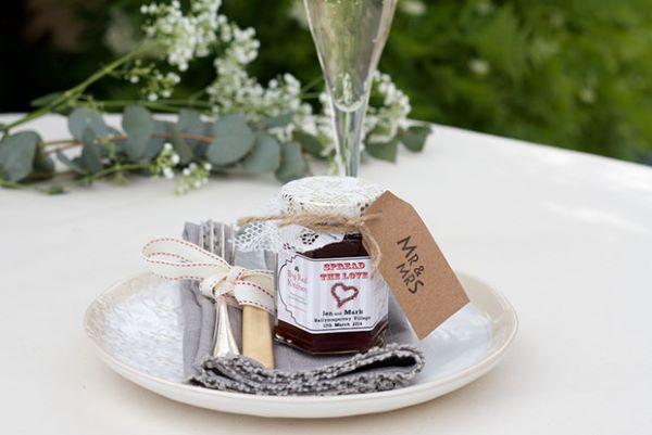 Lembrancinha de mesa para casamento com pote de doce