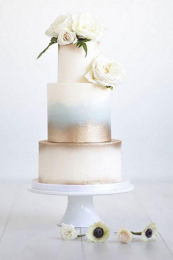 lindo bolo de aniversário de casamento 3 andares com rosas brancas Foto ELLE Decoration