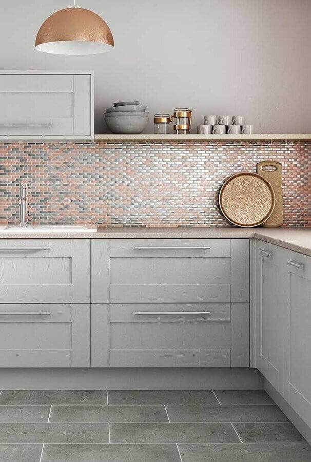 luminária pendente cobre para cozinha decorada com pastilhas metalizadas Foto Pinterest