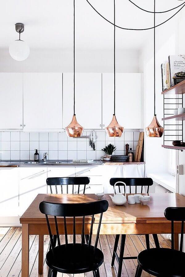 luminária pendente cobre para decoração de cozinha branca com mesa de madeira Foto Dekorama