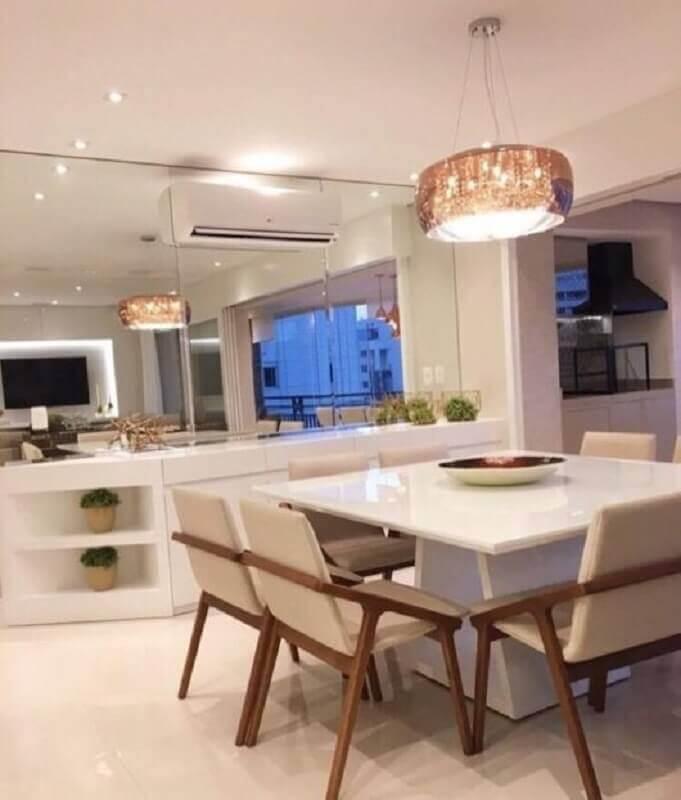 lustre pendente cobre para decoração de sala de jantar toda branca com parede espelhada Foto Webcomunica