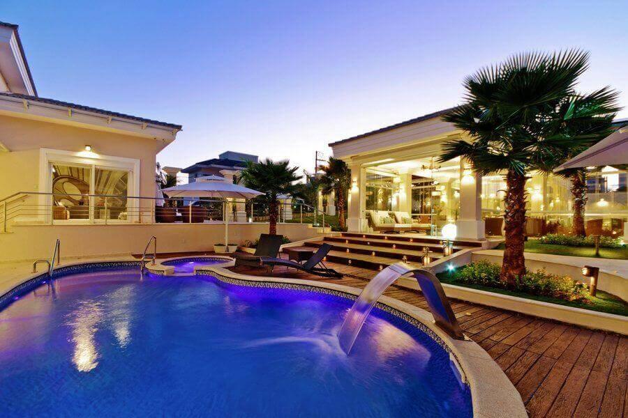 mansão com piscina de vinil