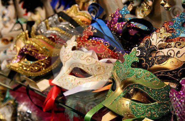 Máscaras coloridas e variadas para a festa