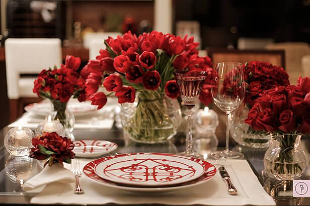 Mesa com tulipas e rosas vermelhas