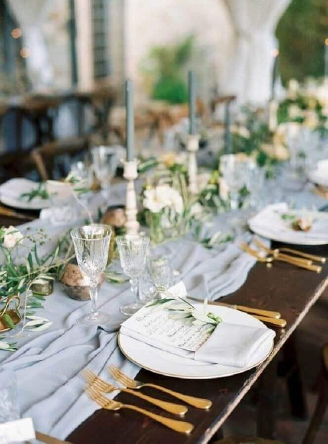 mesa de aniversário de casamento com decoração simples e talheres dourados Foto Alluring Designs