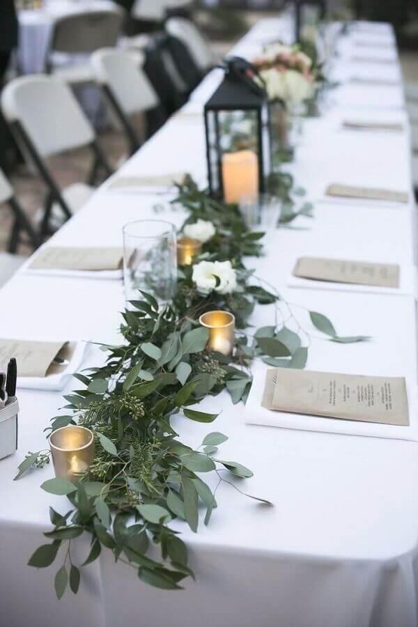 mesa de aniversário de casamento decorada com folhagens e velas Foto Pinterest