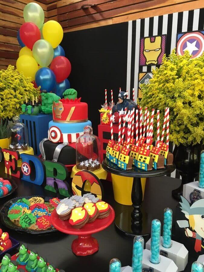 mesa de doces decorada para festa dos vingadores Foto Blog Encontrando Ideias