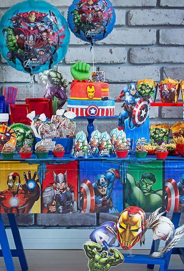 decorated table for avengers children's party Foto Mamãe & Cia