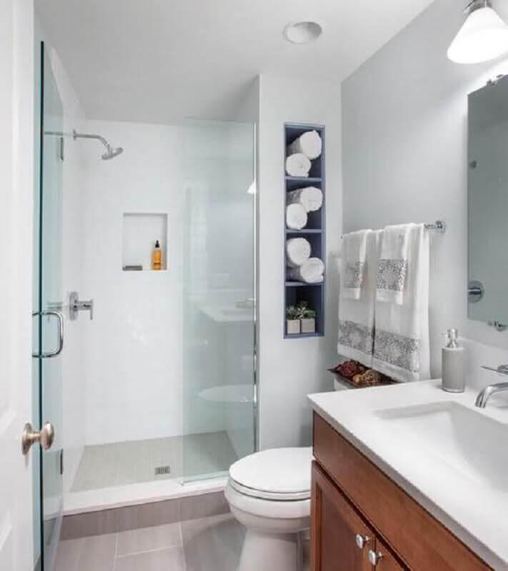 modelo de banheiro de apartamento com nicho embutido e gabinete de madeira Foto Pinterest